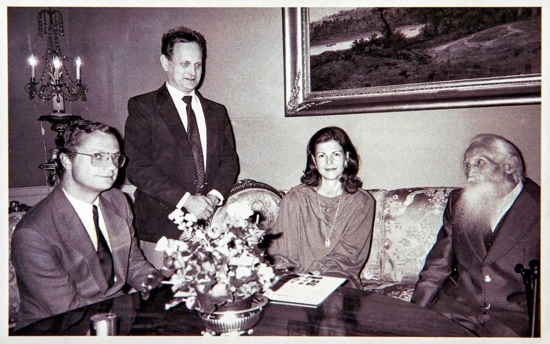 """På kungliga slottet i Stockholm. Evan Ljunggren hos kung Carl XVI Gustaf och drottning Slivia i samband med Gustaf """"Stålfarfar"""" Håkanssons 100-årsdag 1985."""