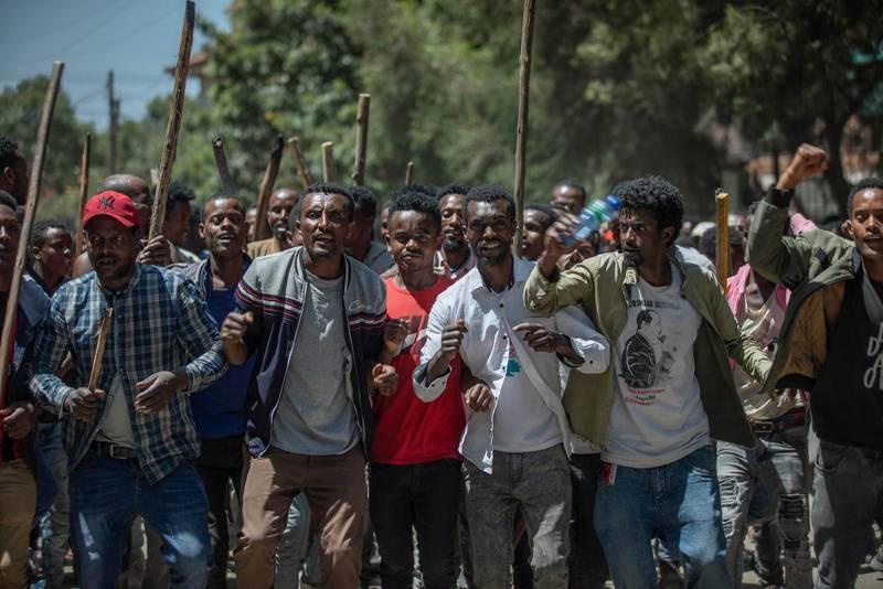 En grupp som stödjer aktivisten Jawar Mohammed sjunger och skriker slogans under demonstrationer torsdag 24 oktober. I helgen fortsatte oroligheterna som resulterade i 90 döda och där kyrkor attackerades.