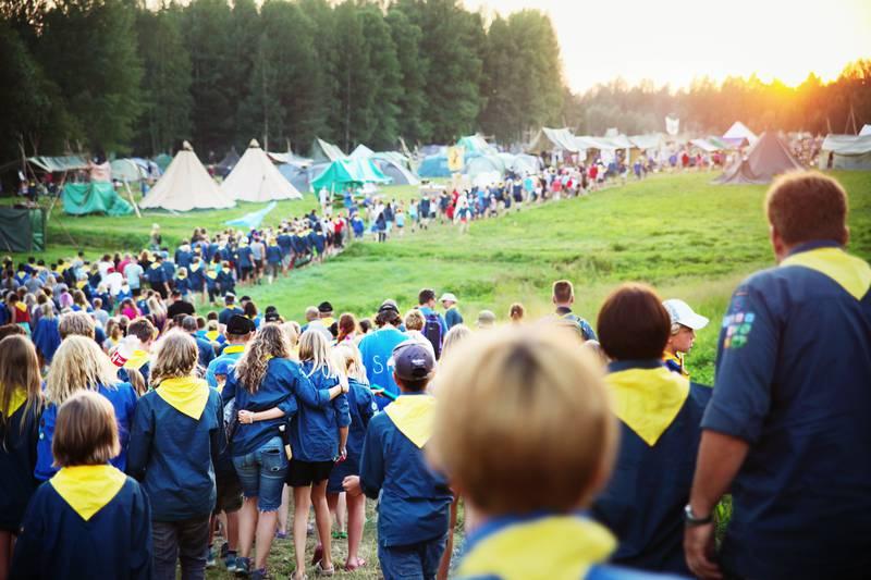 Avståndsbild över 100-tals scouter och tält i bakgrunden.