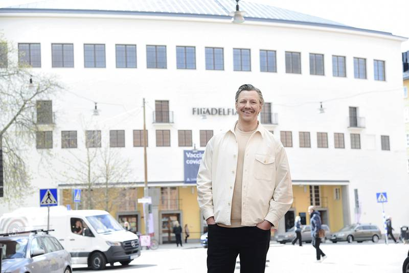 Eric Andersson utanför Filadelfiaförsamlingen i Stockholm.