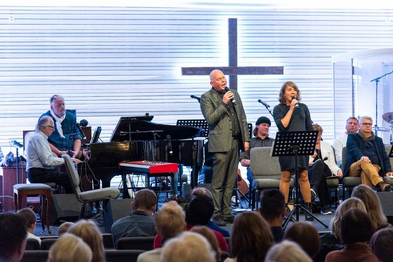 Många av sångerna utmynnade i allsång med hela publiken. Här när Thomas och Zara Hallström sjöng om nåden.