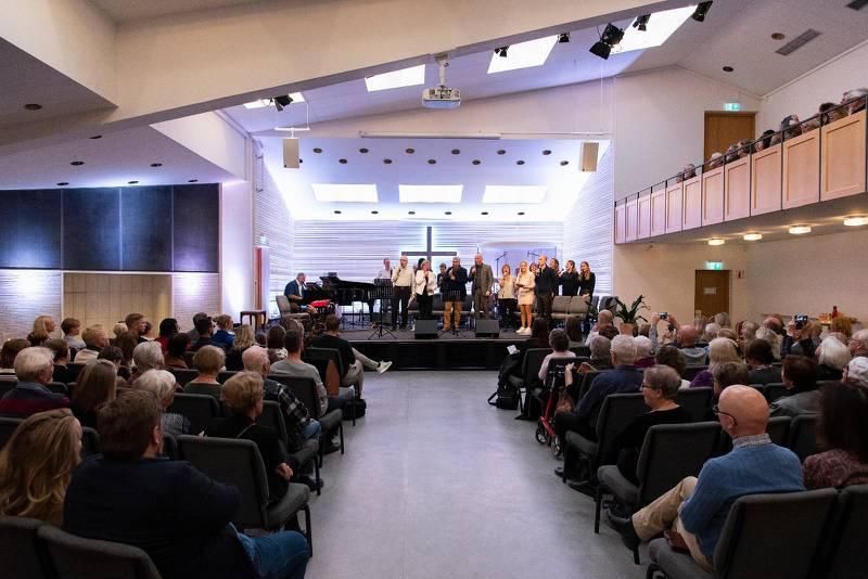 Pingstkyrkan i Södertälje är som gjord för den här typen av musikframträdanden. Alla såg och hörde bra trots att kyrkan var fullsatt.