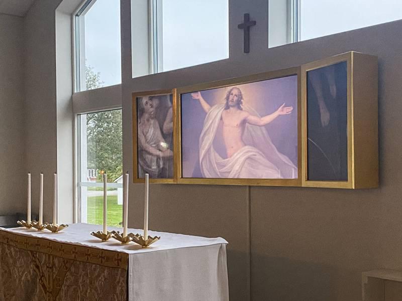 Den digitala altartavlan i Mariakyrkan i Örsundsbro består av tre bildskärmar, en stor i mitten och två mindre på sidorna. De bildar en så kallad triptyk, alltså ett konstverk i tre delar som är en symbol för den kristna treenigheten.