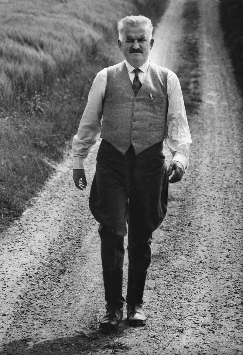 """1981. Hans Alfredson i rollen som fabrikör Höglund under inspelningen av hans film """"Den enfaldige mördaren""""."""