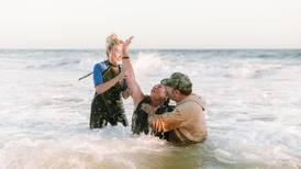 Väckelsevåg drar in över Huntington beach i Kalifornien - hundratals döpta