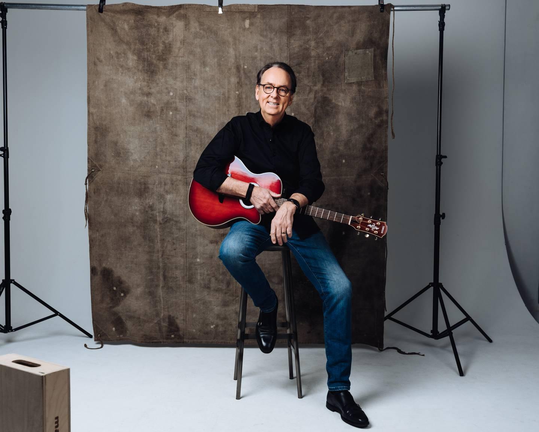 Roland Utbult med sin gitarr.