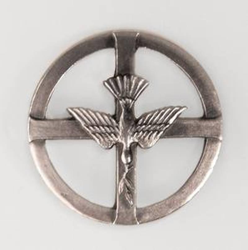 kärlek. Diakonins emblem symboliserar Guds kärlek, Jesu försoningsdöd på korset samt duvan som i berättelsen om Noas ark återvänder med ett budskap om liv.