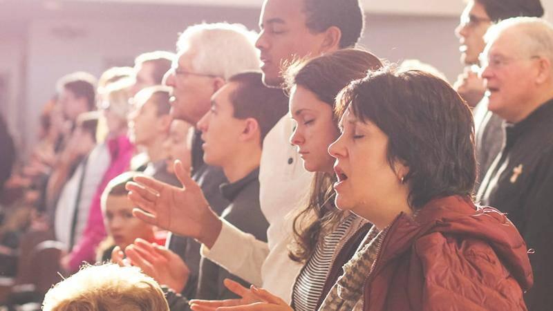 Hur vanligt är tungotal i de svenska församlingarna egentligen? Dagen undersökte frågan 2014. Personerna på bilden har ingenting med artikeln att göra.