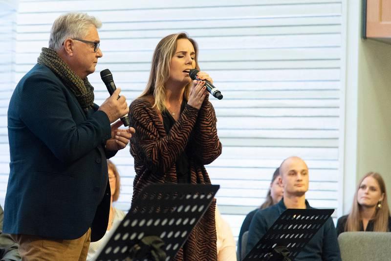 """Hasse Hallström och dottern Sofie sjöng Per-Erik Hallins """"Vilken värld det ska bli"""" tillsammans."""