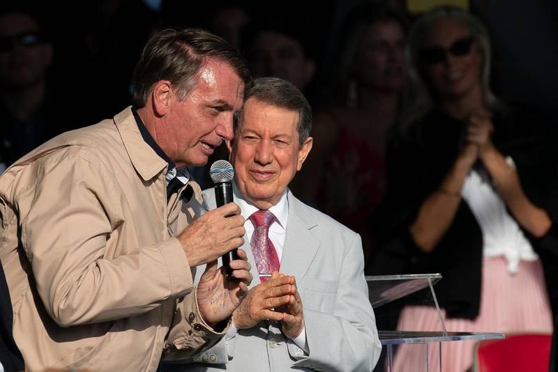 Brasiliens president Jair Bolsonaro med tv-evangelisten R.R. Soares på ett möte för International Grace of God Church i Rio de Janeiro. Bland Brasiliens många evangelikala och pingstvänner har presidenten ett fortsatt starkt stöd.