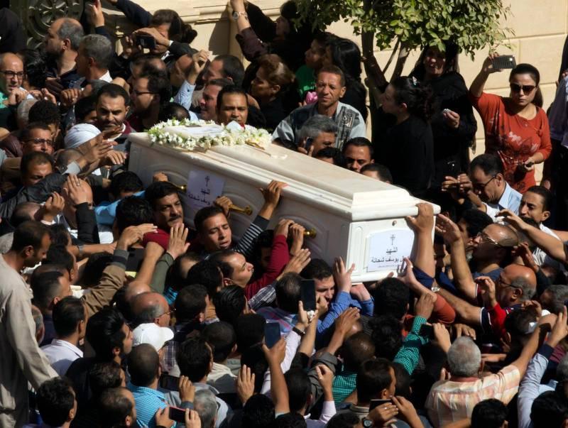 Kistan med kvarlevorna efter ett av offren för attacken mot koptiska pilgrimer i fredags, på väg till begravning i en kyrka i Minya i Egypten. I attacken dödades sju kopter som färdades i buss på väg från ett dop i ett kloster.