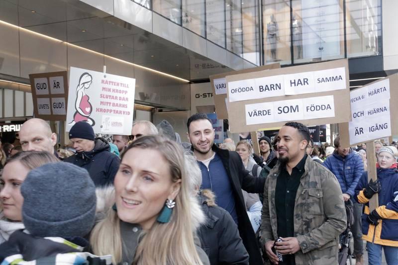 """Omkring 300 personer gick med i marschen och skanderade """"Ja till livet – nej till aborter""""."""