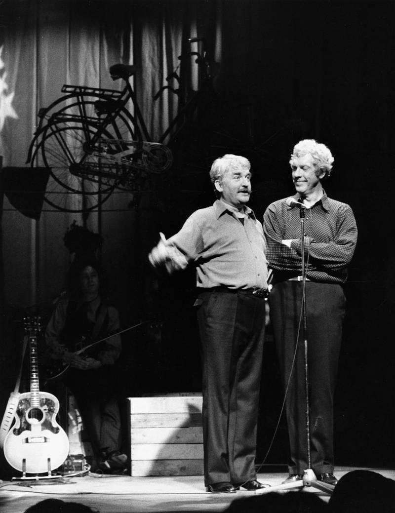 """1979. Hans Alfredson och Tage Danielsson i """"Under dubbelgöken"""" på Berns. Där samtalar Hasse och Tage om tro och vetande i det numera klassiska numret """"Robert Lind i Kramfors""""."""