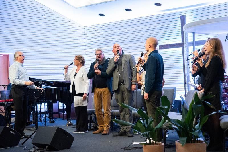 Berno Hallström, pappa, farfar och storebror, ledde hela den stora familjen i sång. Inget svårt uppdrag efter att ha tjänat som sångledare större delen av sitt liv.