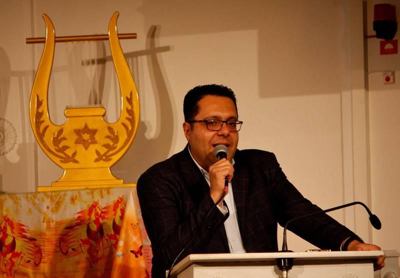 Dr Nader Michel Director för XploreNations Bible College var på plats och förärade pastor Merzek både masterdräkt och skriftligt bevis.