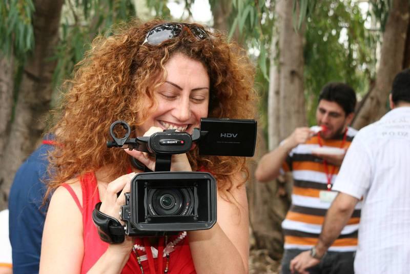 Kamerakvinnan Juliane Sfeir från SAT-7 spelar in ett inslag.