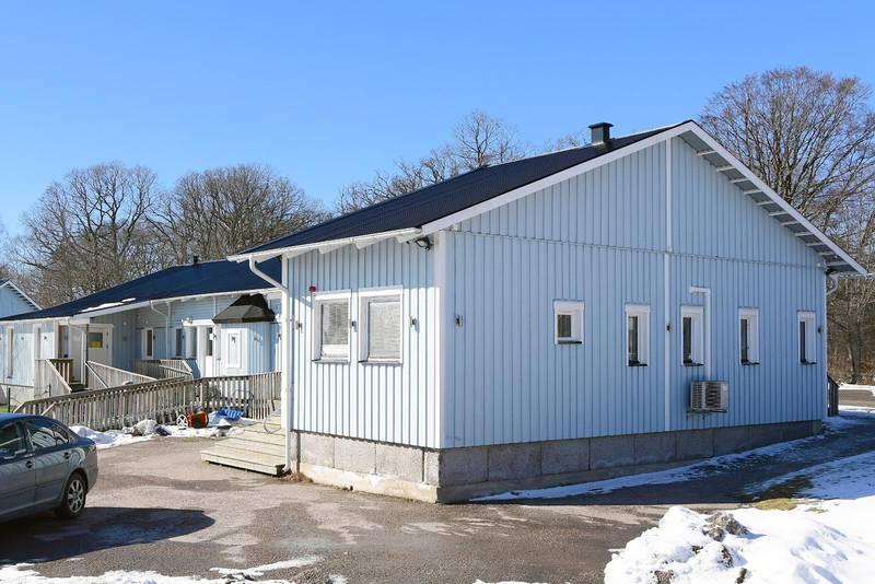 Grannar har överklagat polisens beslut att ge Stiftelsen Växjö muslimer tillstånd för högtalarutsända böneutrop från en moské i stadsdelen Araby på fredagar.