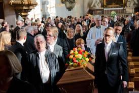 Här förs Siewert Öholm till sista vilan