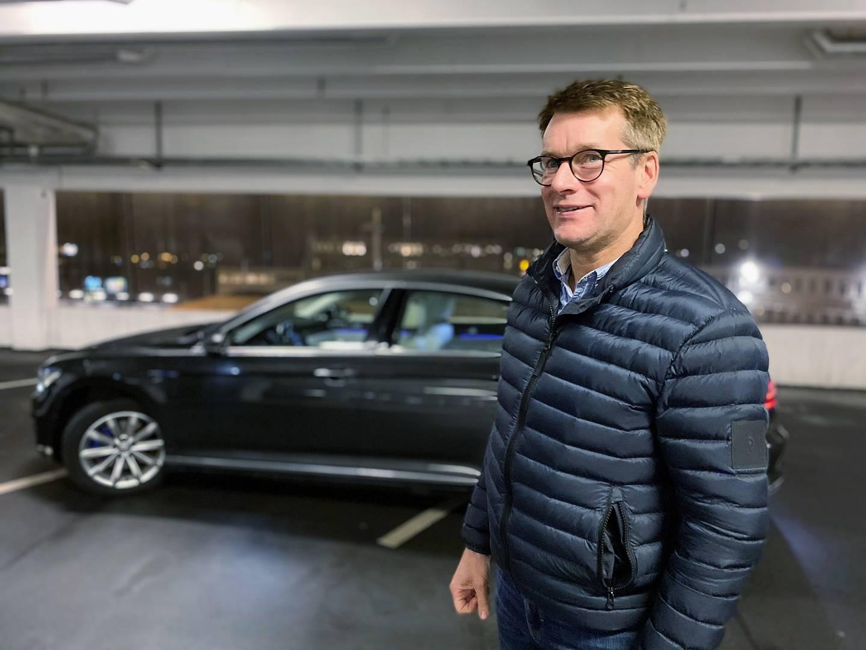 Thomas Johansson hjälper nysvenskar i Stockholmsförorten Akalla att övningsköra