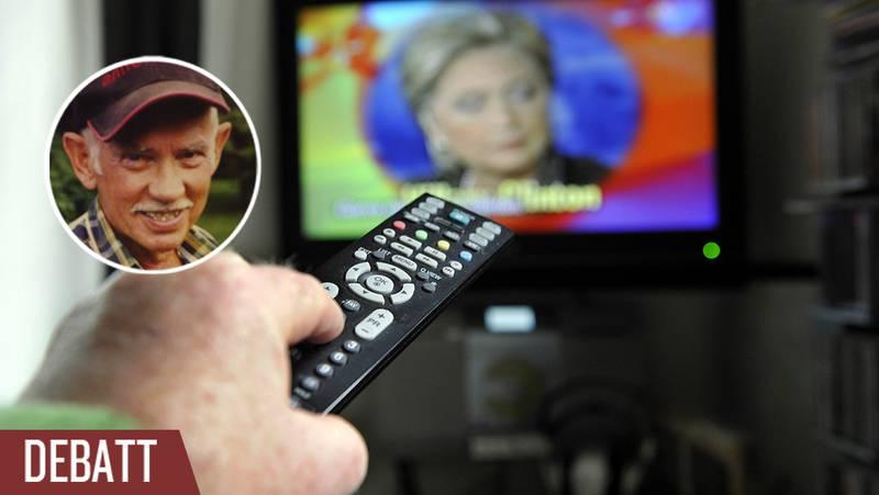 En man använder en fjärrkontroll för att byta tv-kanal.