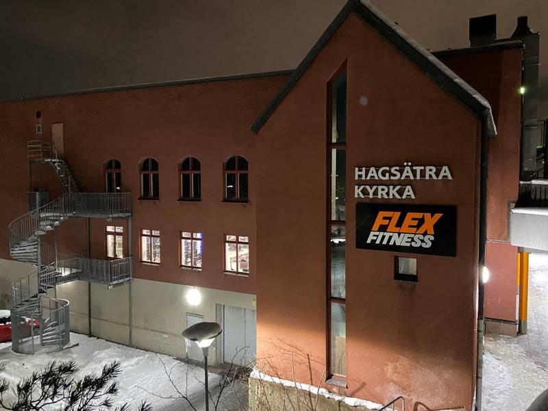 I kyrkan på övervåningen gäller åttaregeln men på gymmet på nedervåningen får 75 personer träffas tack vara kvadratmetersregeln. Nu protesterar Sveriges kristna råd mot de inkonsekventa coronarestriktionerna.
