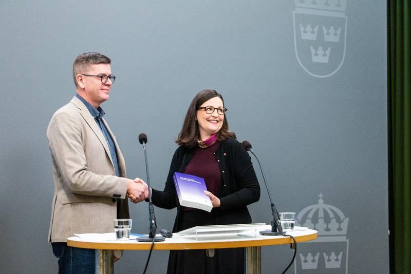 Utredare Lars Arrhenius, till vardags direktor för Läkarmissionen, och utbildningsminister Anna Ekström (S).