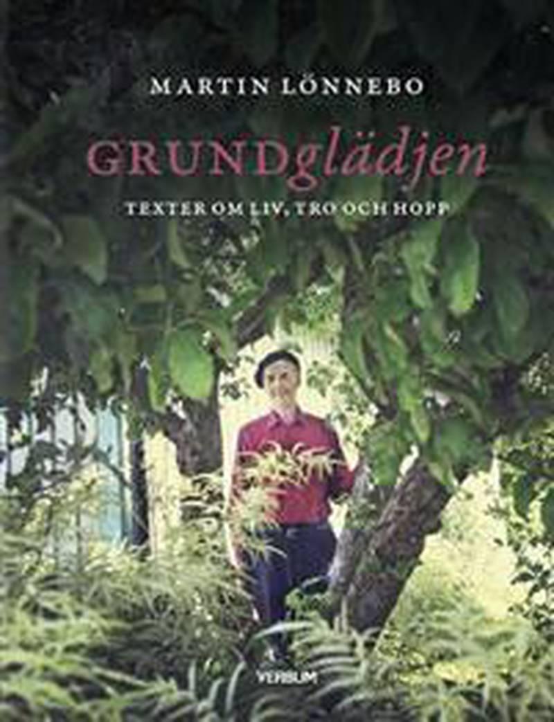 """Boken """"Grundglädjen"""". I ett 40-tal korta texter får vi ta del av Martin Lönnebos tro och livsfilosofi och samtidigt kliva in genom grinden till den fantasifulla och unika trädgård som han och hustrun skapat."""