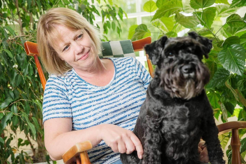 Vuokko Koponen förlorade sin man i fyrtioårsåldern när han tog sitt liv. Hon blev ensam med tre barn i skolåldern. Hunden Mimi var en tröst i sorgen och tvingade ut henne i den friska luften.