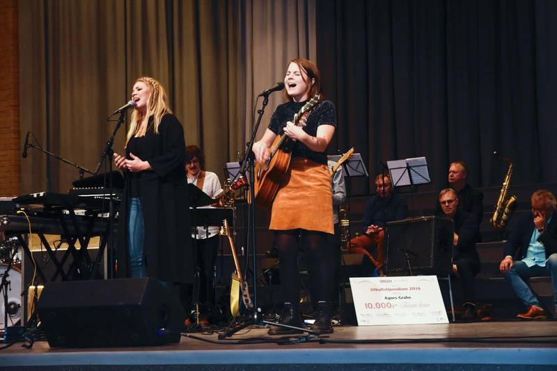 Agnes Grahn sjunger på stipendiekonserten i Jönköping. Till vänster syns körsångerskan Agnes Börsbo.