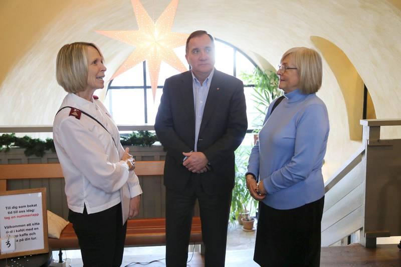 Ann-Christine Karlsten från Frälsningsarmén i Visby berättar om verksamheten i Krukmakarens hur för statsministerparet Stefan och Ulla Löfven.
