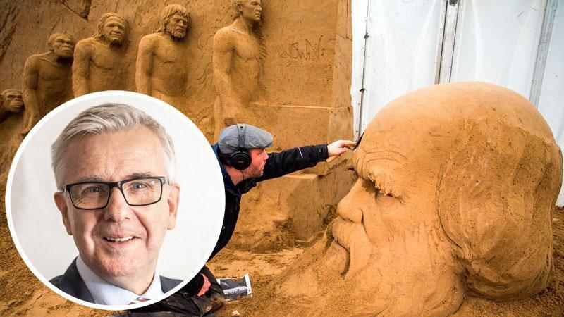 Ferenc Monostori arbetar på en sandskulptur av Charles Darwin, skaparen av evolutionsteorin.