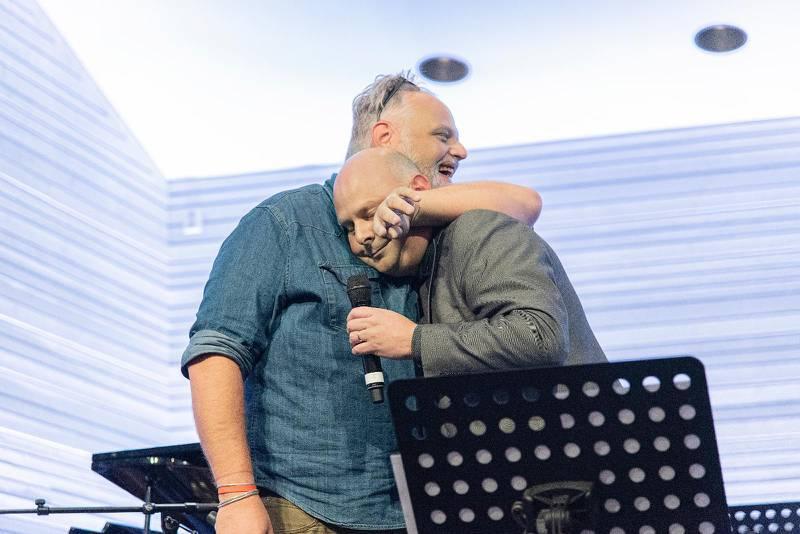 """Förbrödring. Bilden på Peter och Thomas Hallström sekunderna efter deras framförande av """"Gå bönernas bro"""" säger allt och lite till."""