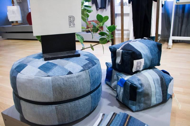 Den stora sittpuffen innehåller åtta kilo textilier. Det är vad varje svensk slänger under ett år.
