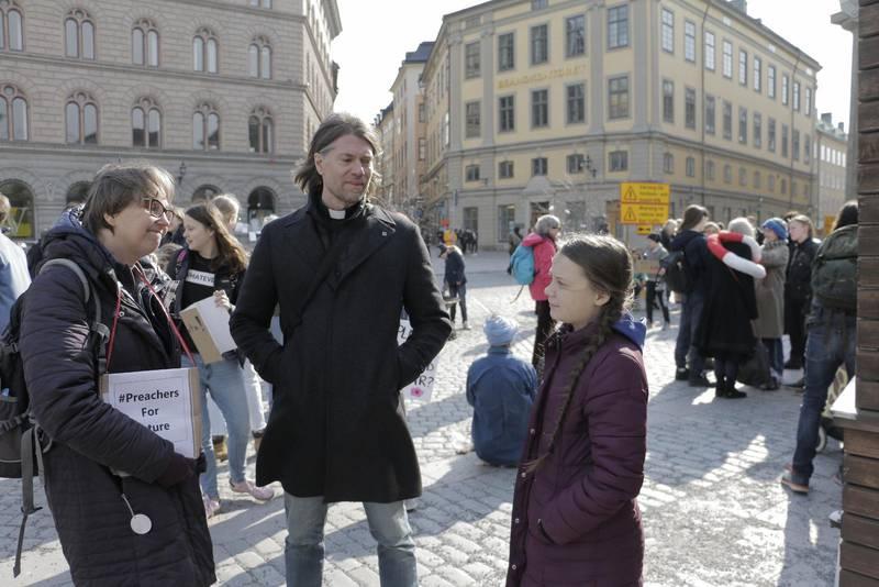 GRETA. Evangelisten Lena Bergström och prästen Joakim Kohls i samspråk med Greta Thunberg.