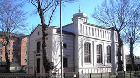 Dockor upphängda vid synagoga i Norrköping