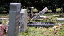 100 gravstenar välta på begravningsplats i Solna