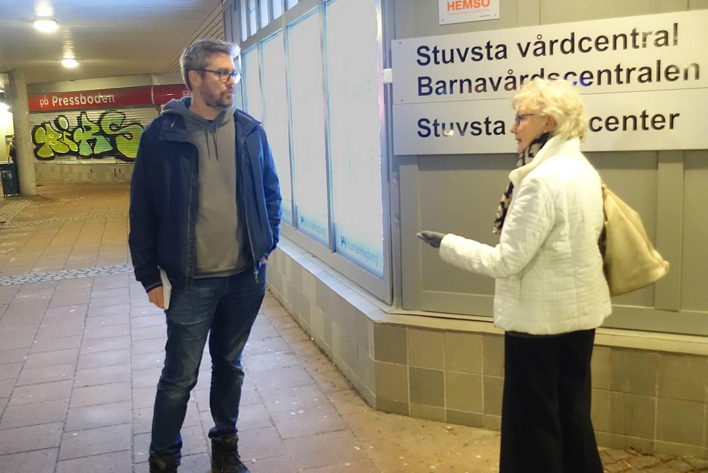 Birgit eriksson och Jacob Zetterman utanför Stuvsta vårdcentral.
