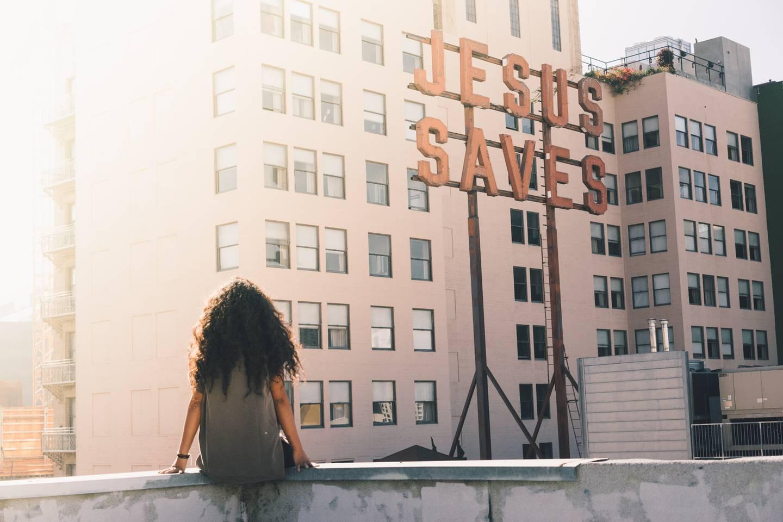 Skylt med orden Jesus räddar.