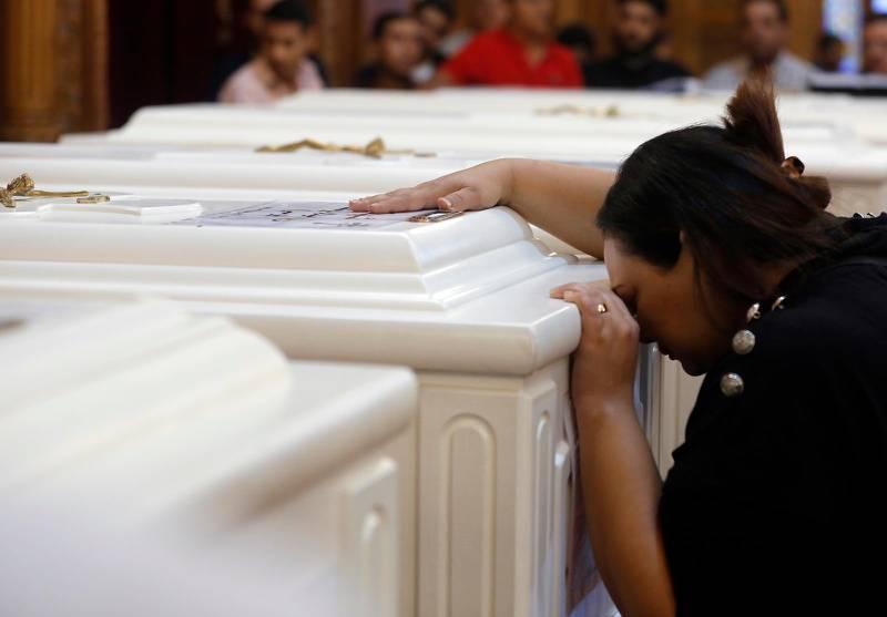 En kvinna sörjer vid begravningen i lördags av offren för attacken mot kopter i provinsen Minya i Egypten.