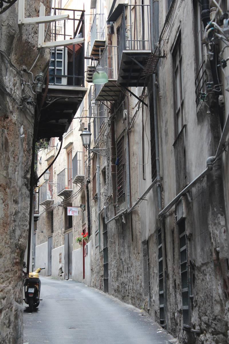 En del av Palermos charm ligger i strosa planlöst på bakgator och i vindlande gränder.