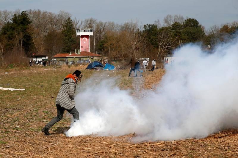 Flyktingar som vill lämna Turkiet möts av tårgas från grekisk gränspolis.