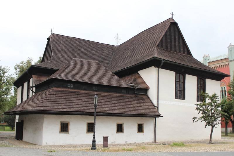 Den evangeliska träkyrkan i Kežmarok. Väggarna består av vit puts och ger illusionen av sten.