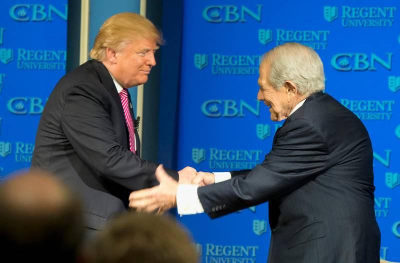Pat Robertson tillsammans med Donald Trump, då presidentkandidat, under valrrörelsen 2016.