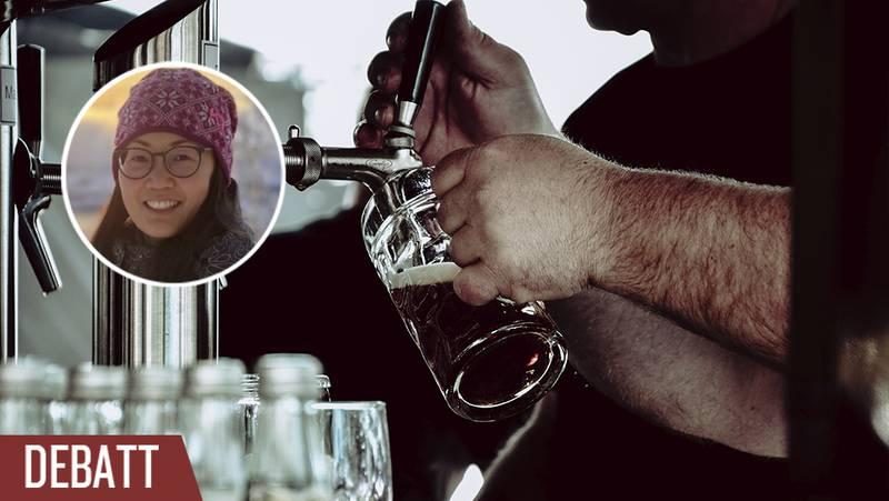 En man häller upp öl.
