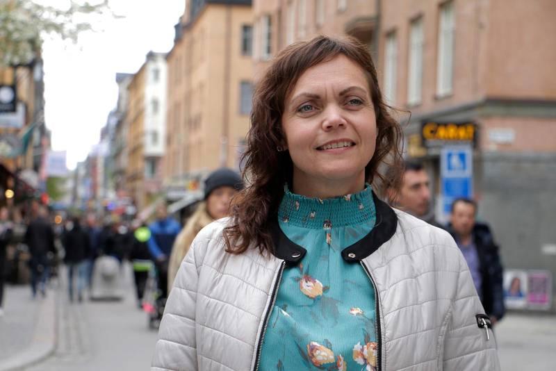 Linda Steen pendlar varje vecka för ett nattjobb som barnmorska i Norge.