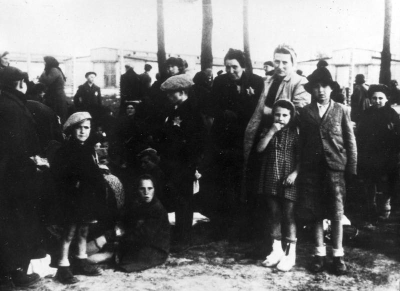 Ungerska judar i Auschwitz i väntan på gaskammaren.