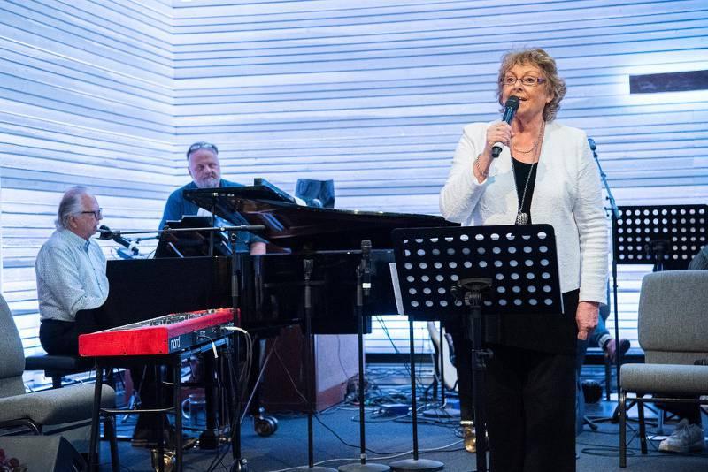 """Marie-Louise och Berno Hallström inledde den musikaliska festkvällen i Pingstkyrkan i Södertälje i lördags. Första sången blev """"Du må fråga hur jag vet""""."""