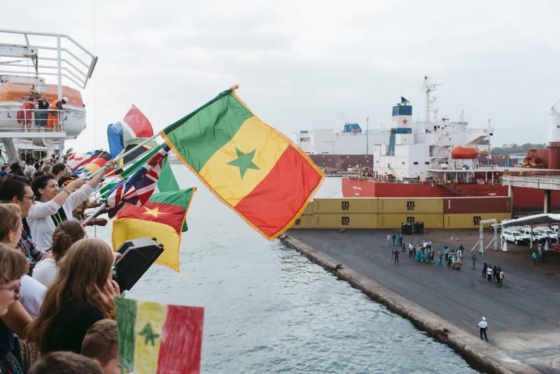 För tillfället avråder svenska UD från icke nödvändiga resor till Senegal. På bilden ankommer fartyget Africa Mercy till hamnen i Dakar (2019).