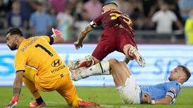 Fotbollsklubb krokar arm med fadderorganisation
