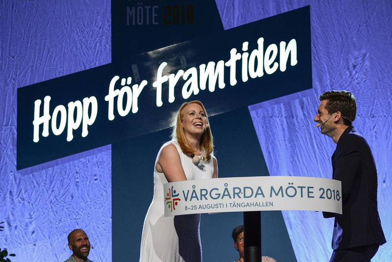 UTFRÅGNING. Annie Lööf var först ut att frågas ut i årets upplaga av Vårgårda möte. Här tillsammans med Robert Eriksson.